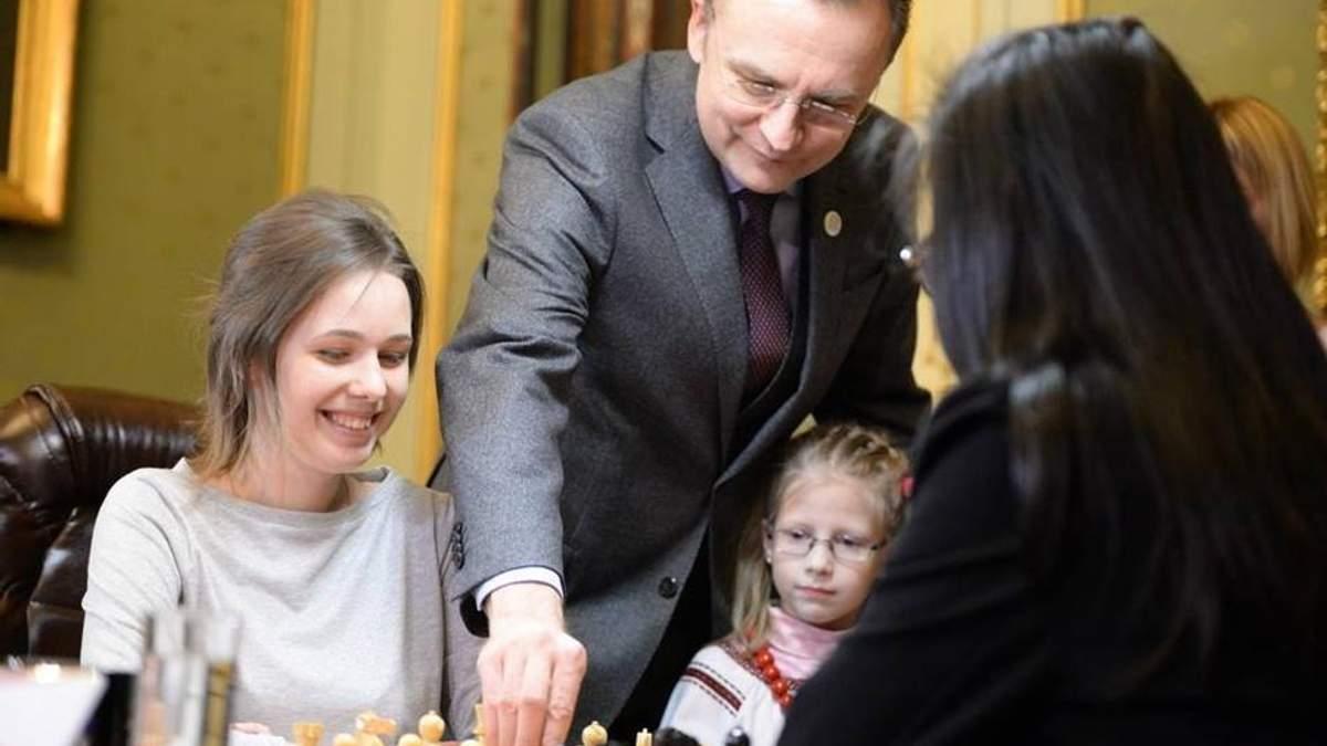 Андрей Садовый делает символический первый ход на чемпионате мира по шахматам