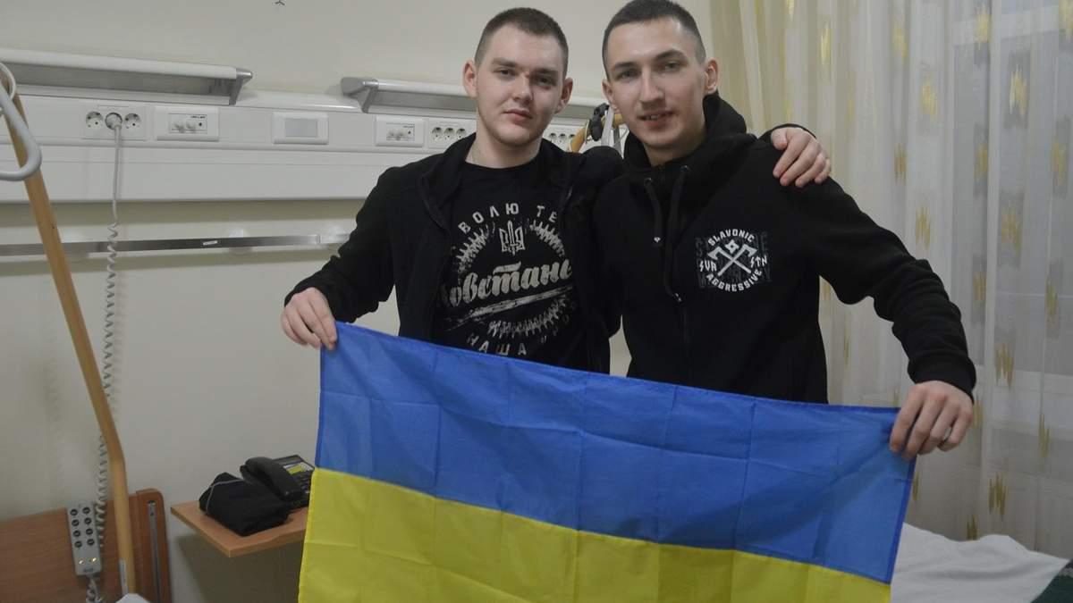 На допитах вимагали свідчення про методички НАТО, – звільнені з полону ультрас з Луганська