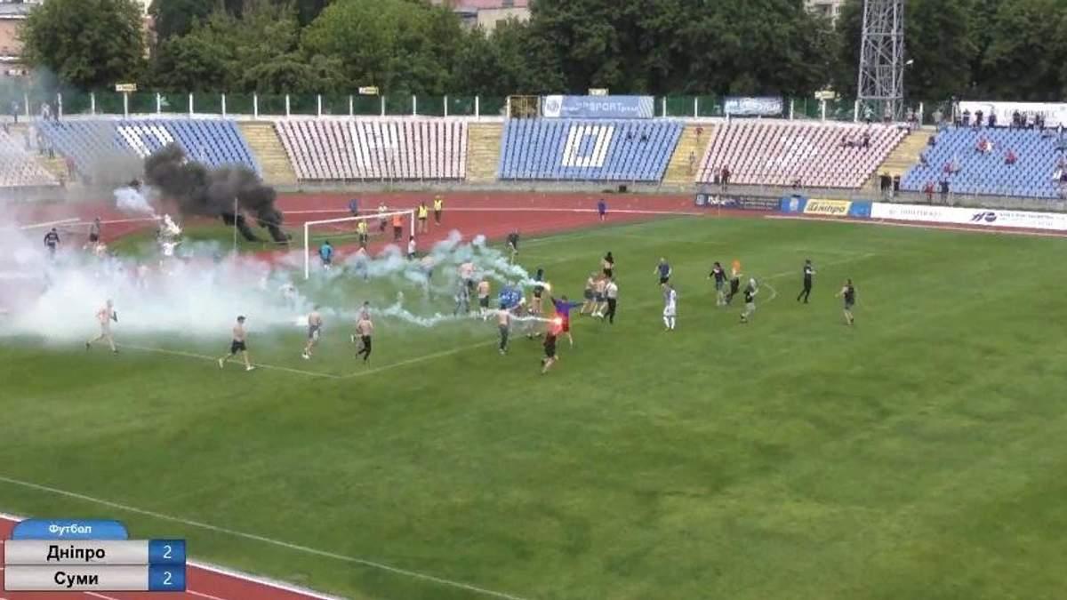В Черкассах на стадионе произошла массовая драка между болельщиками и полицией