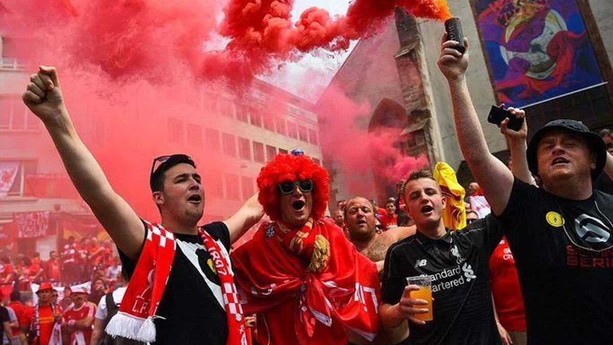 """Как фанаты """"Ливерпуля"""" сходили с ума в самолете по дороге на матч: видео"""