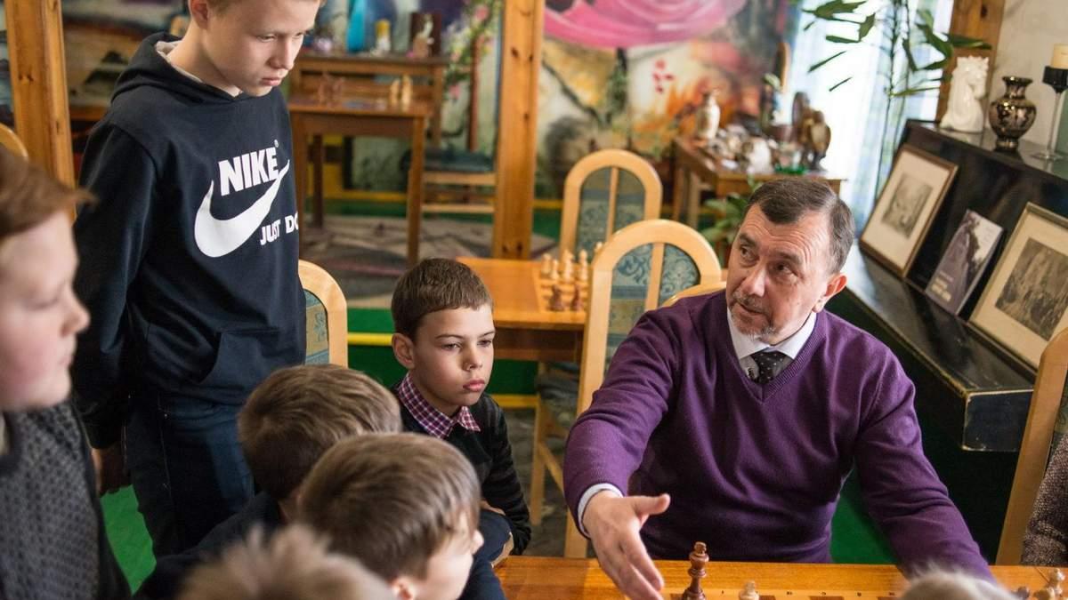"""""""Мене надихають діти"""": як звичайний учитель з нуля створив у Костополі шаховий клуб"""