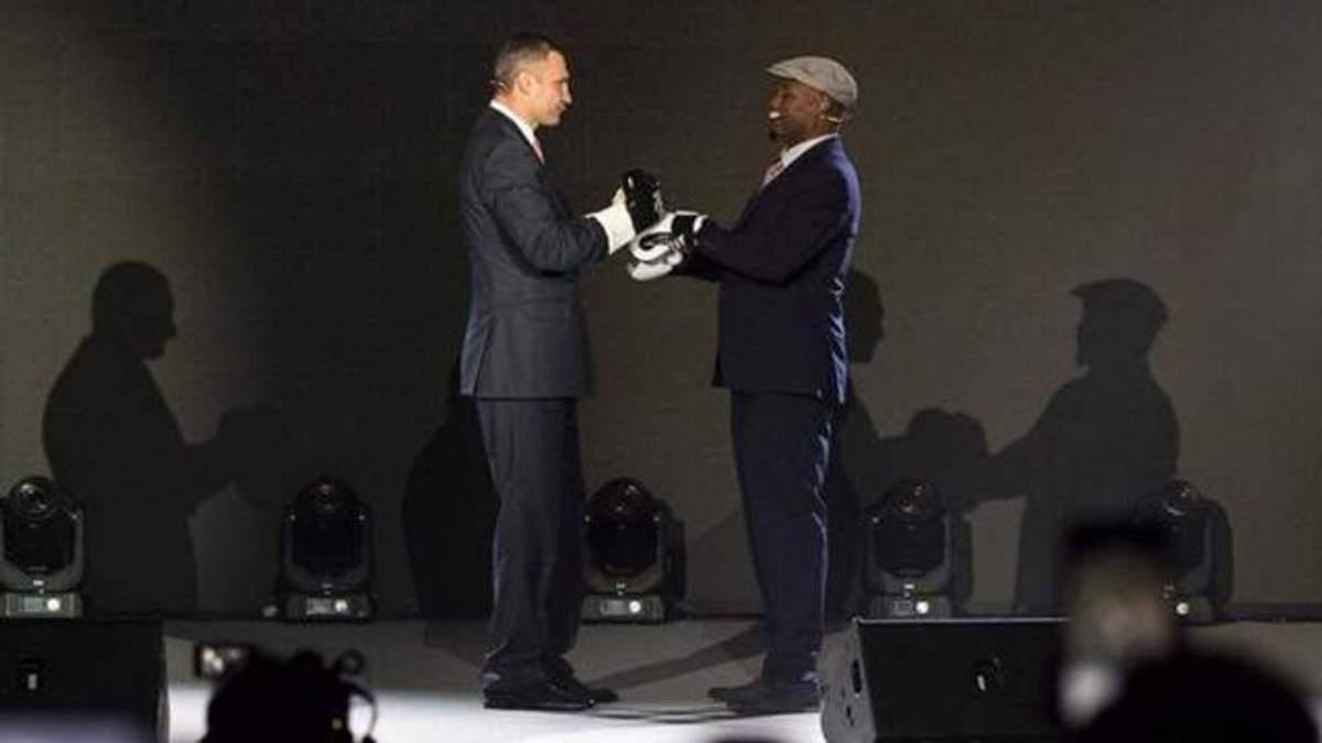 Віталій Кличко та Леннокс Льюіс вийшли один проти одного в боксерських рукавичках: фото