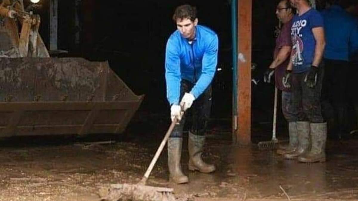 У ґумовцях і зі шваброю в руках: як Надаль допомагав жителям Майорки оговтатись після повені