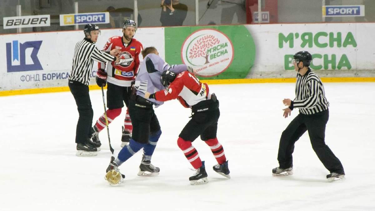 Как украинские хоккеисты устроили драку во время матча УХЛ: видео