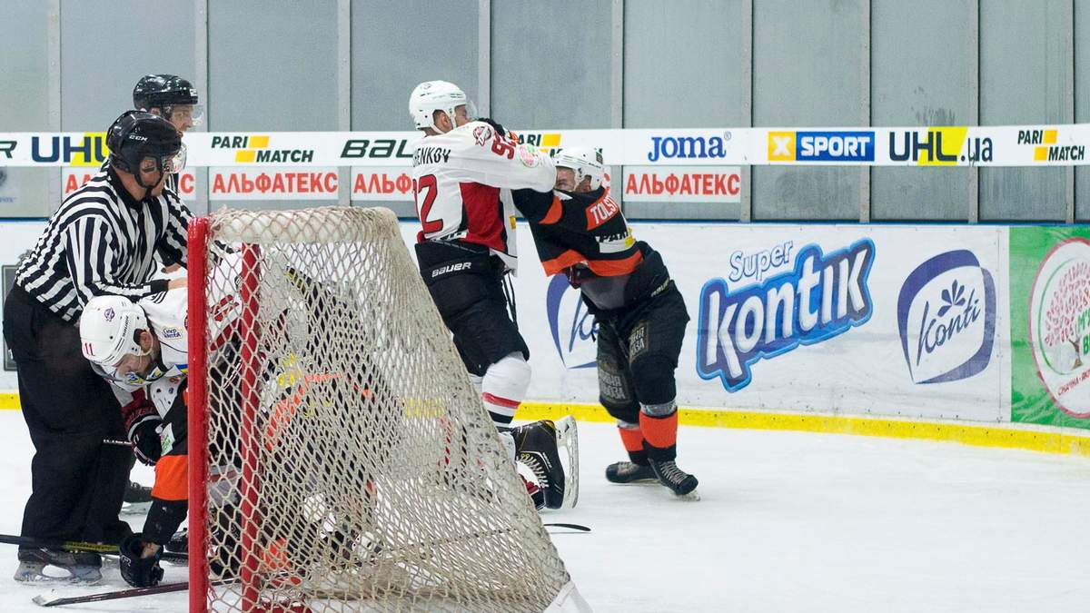 Двох українських хокеїстів дискваліфікували через бійку під час матчу: відео сутички