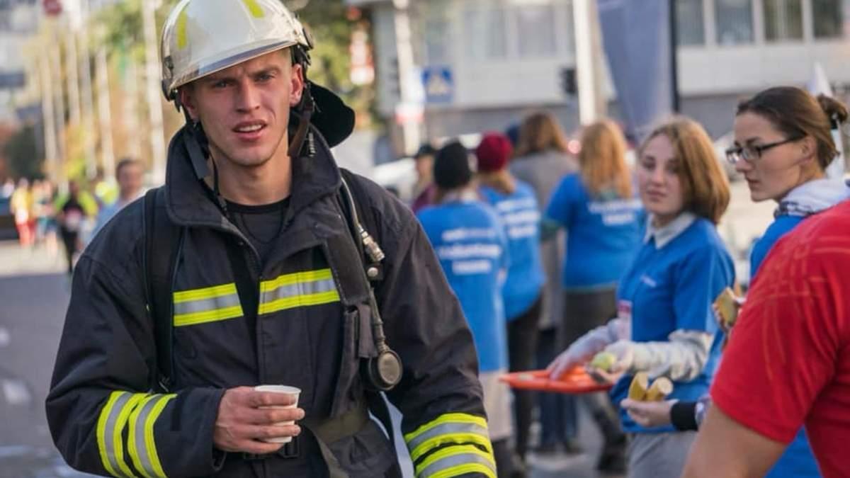 Київський рятувальник відповів на незвичний виклик Василя Ломаченка: відео