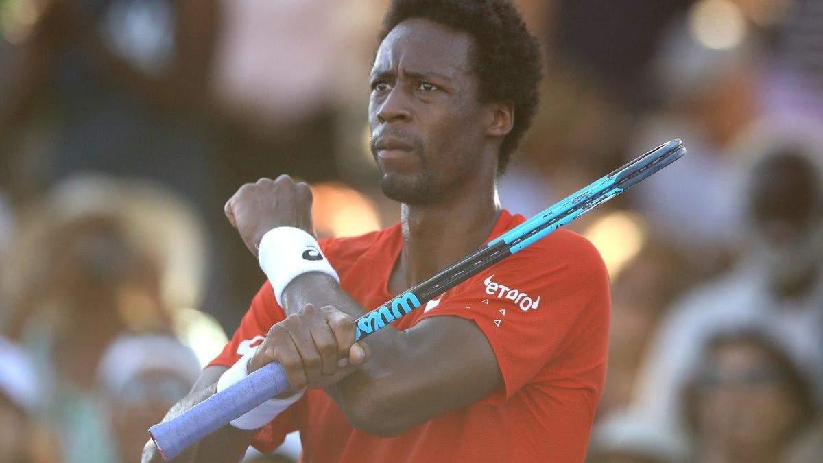 Монфіс стягнув з себе футболку й помірявся м'язами з іншим тенісистом