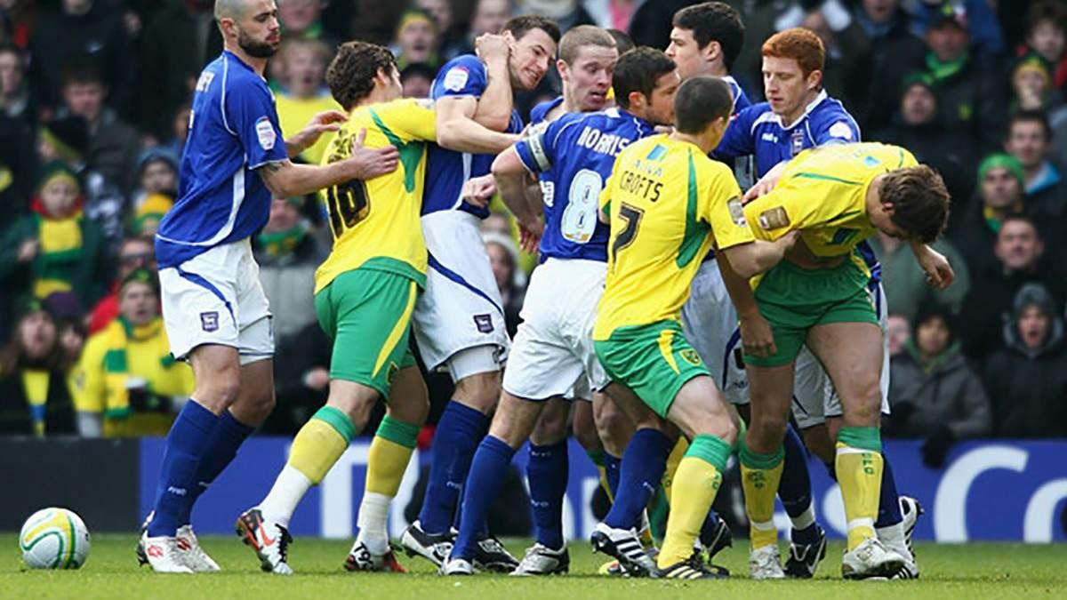 В Англии футболисты устроили массовую драку, в которой приняли участие и тренеры: видео