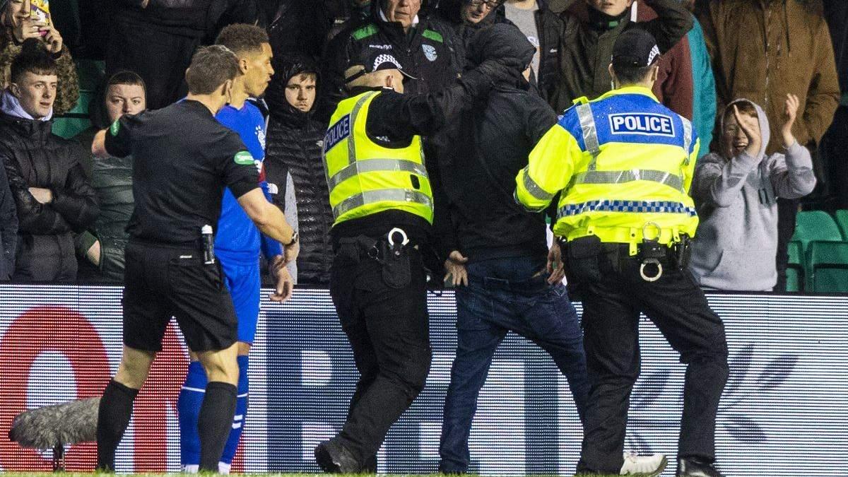 В Шотландии футболист побился с фанатом прямо на поле: курьезное видео