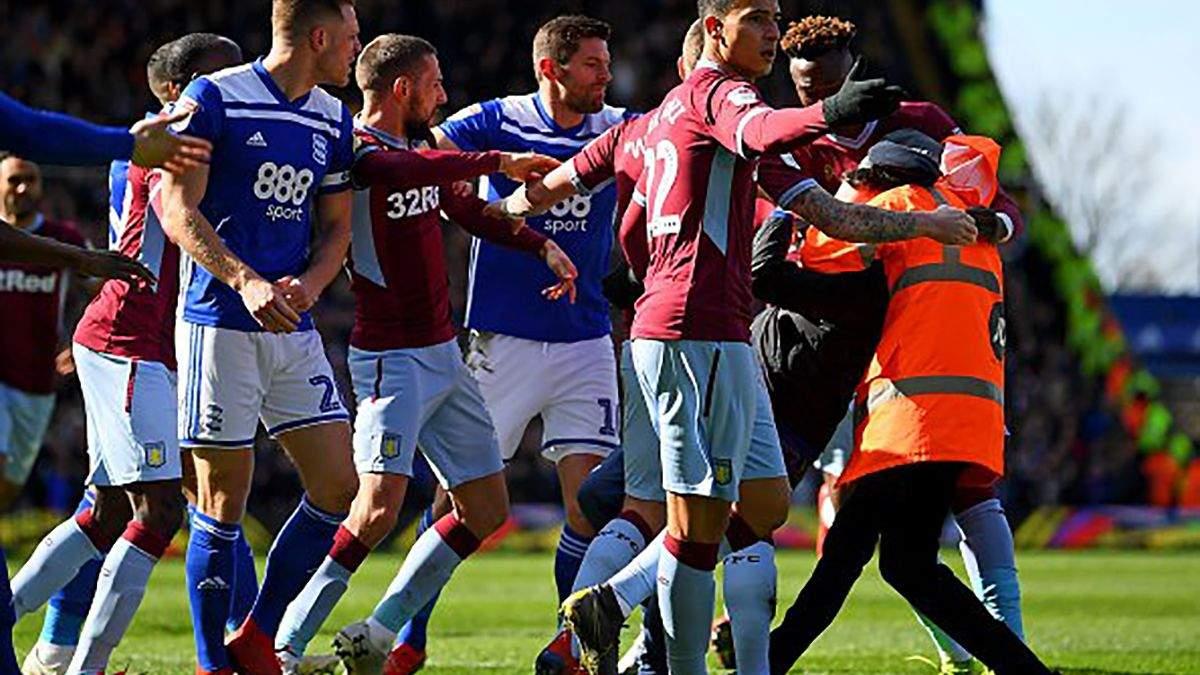 В Англии грубый фанат отправил футболиста в нокдаун прямо на поле: видео