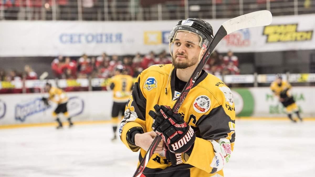 Український хокеїст нахабно штовхнув арбітра під час матчу, за що отримав дискваліфікацію: відео