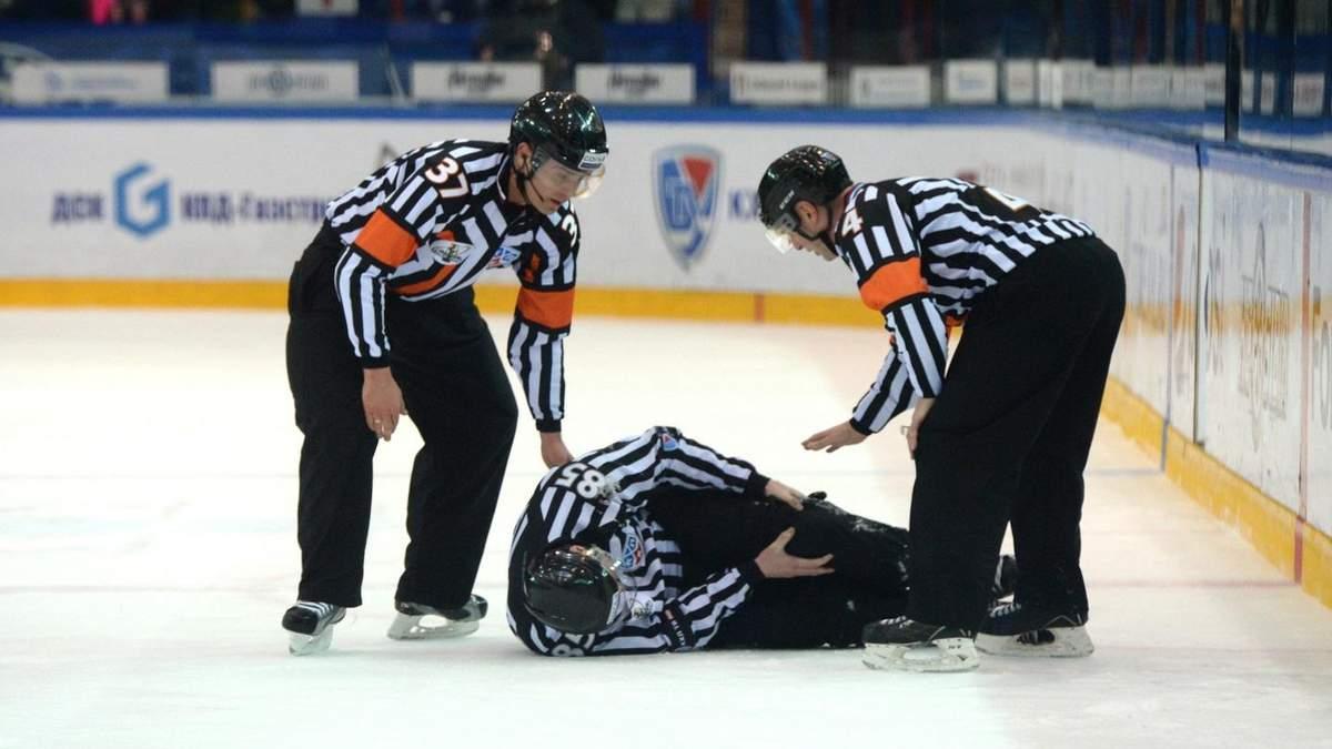 В Канаде хоккеист грубым ударом отправил судью в нокдаун: сногсшибательное видео