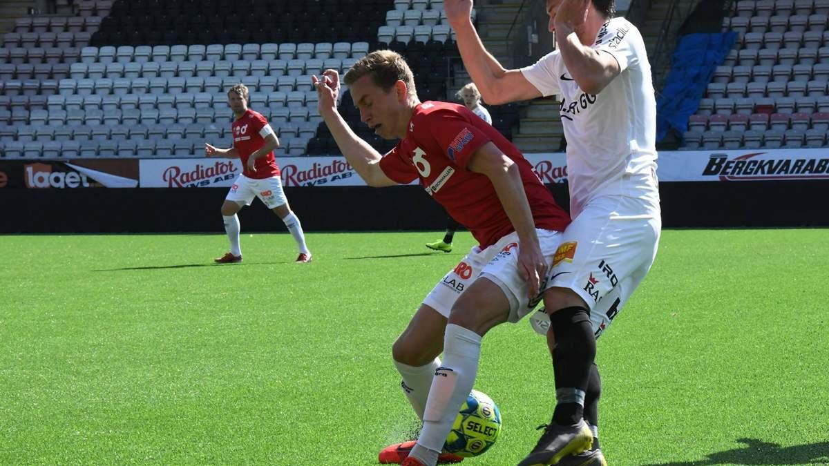 Футболіст зазнав курйозної травми ока, коли виходив на заміну: відео
