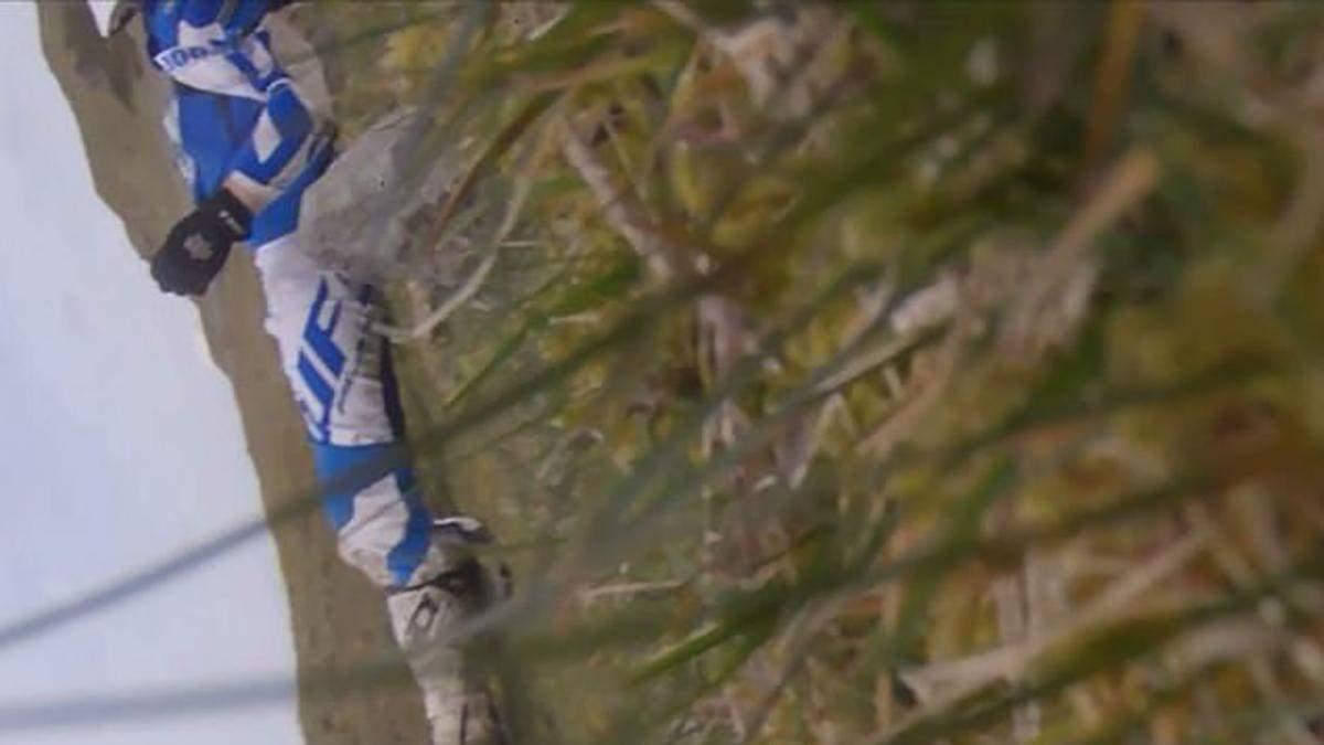 Мотогонщик выжил после падения с 15-метровой скалы: фото и видео