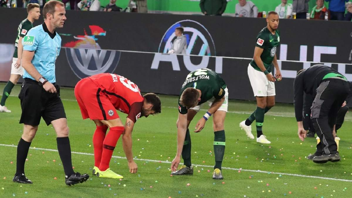 В Германии футбольные фанаты забросали поле пасхальными яйцами: видео перфоманса