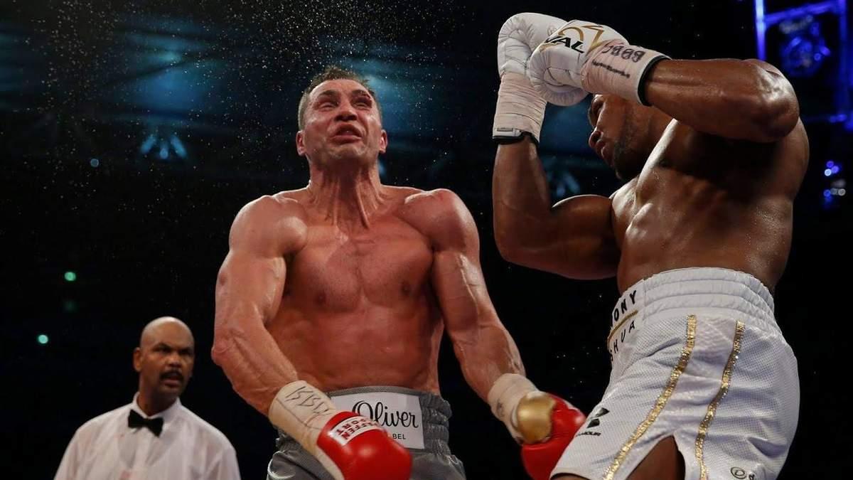 Три года назад Джошуа нокаутировал Кличко в драматическом бою: видео