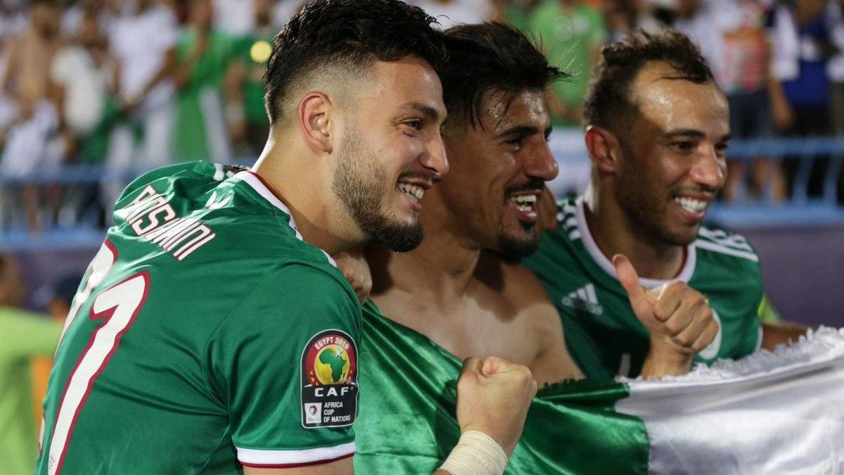 Футболіст Алжиру схопив суперника за руку й вдарив себе по обличчі