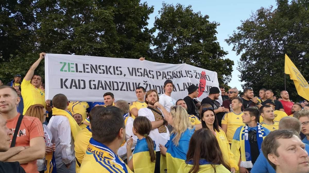Банер на матчі Литва – Україна