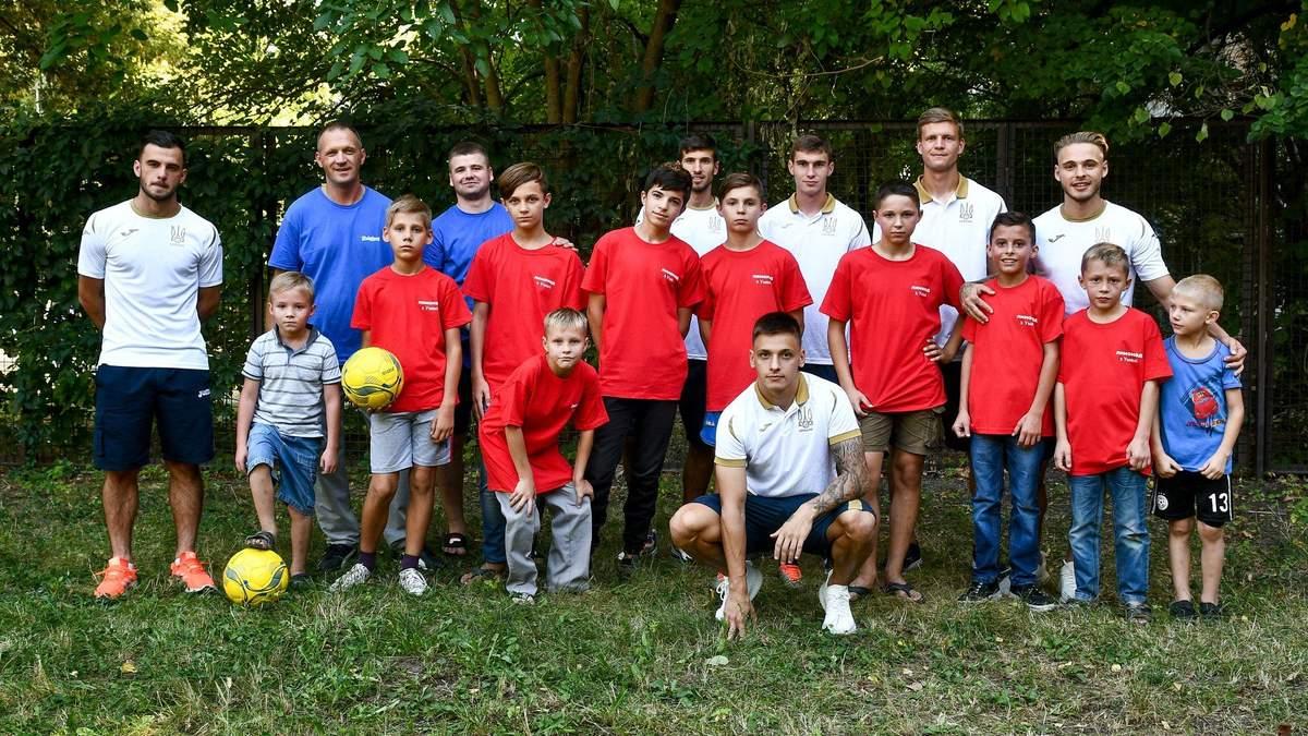 Игроки молодежной сборной Украины с детьми