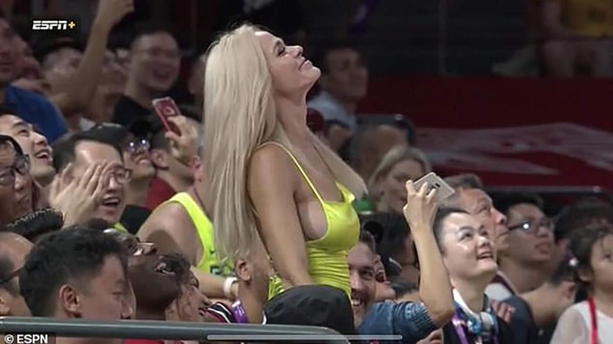 Звабливі танці вболівальниці під час матчу відібрали дар мови в коментатора: відео 18+