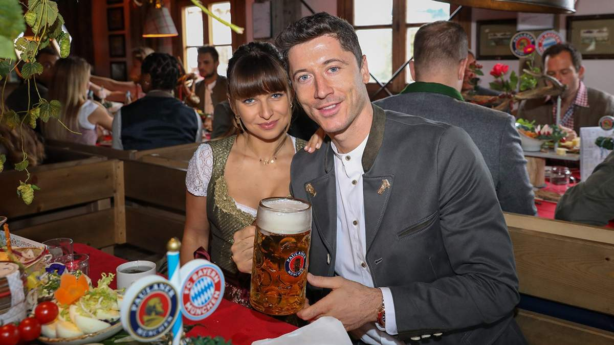 """Футболисты """"Баварии"""" с большими бокалами пива празднуют """"Октоберфест"""": яркие фото"""