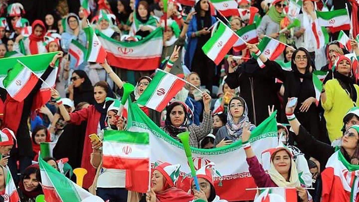 Иранские женщины на стадионе