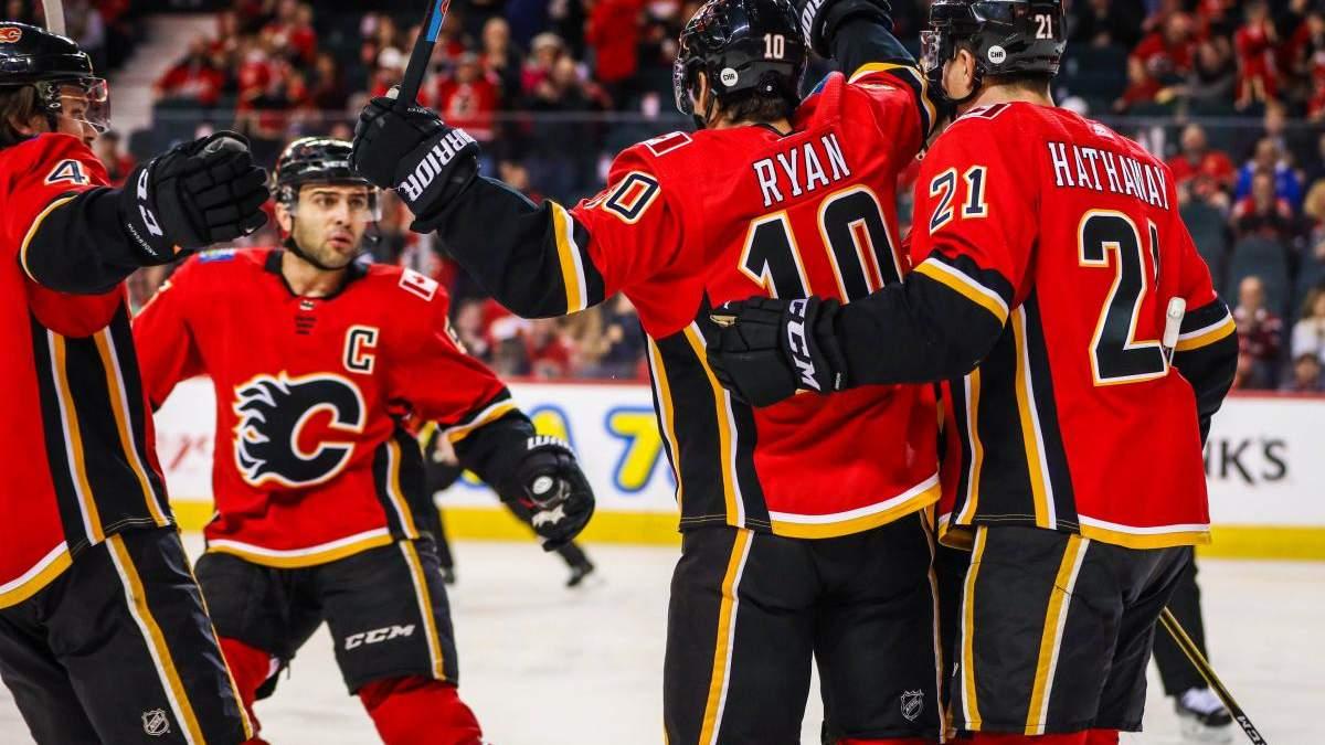 """Хокеїсти """"Арізони"""" і """"Калгарі"""" влаштували масову бійку у матчі НХЛ: відео"""