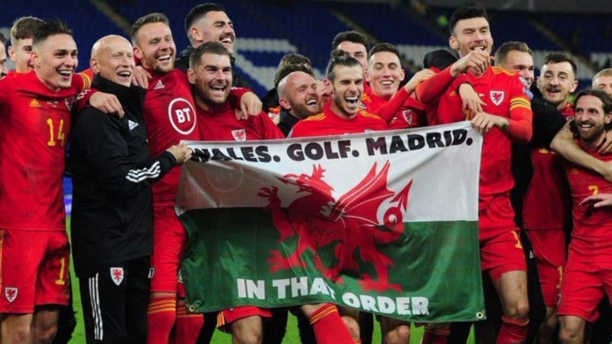 Сборная Уэльса с Гаретом Бэйлом и флагом
