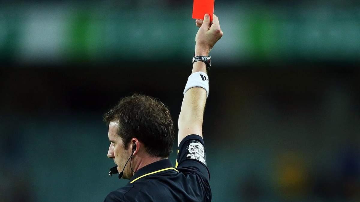 В Германии футболист нокаутировал судью во время матча за красную карточку: видео
