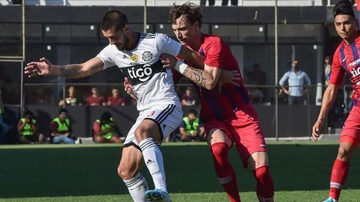 Известный футболист укусил соперника за голову во время матча: курьезное видео