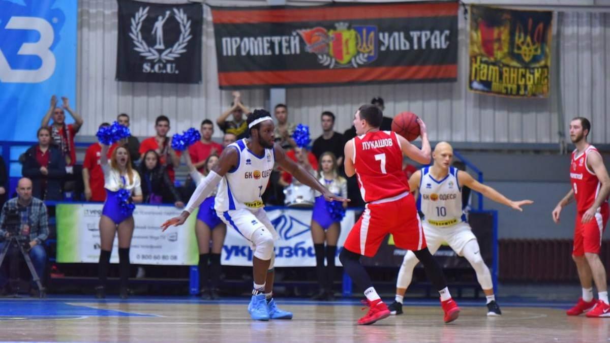 Баскетболіст у двох матчах поспіль закинув м'яч зі своєї половини поля разом з сиреною: відео