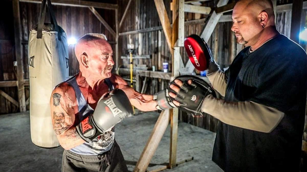 70-летний боксер брутально нокаутировал соперника и установил мировой рекорд: видео