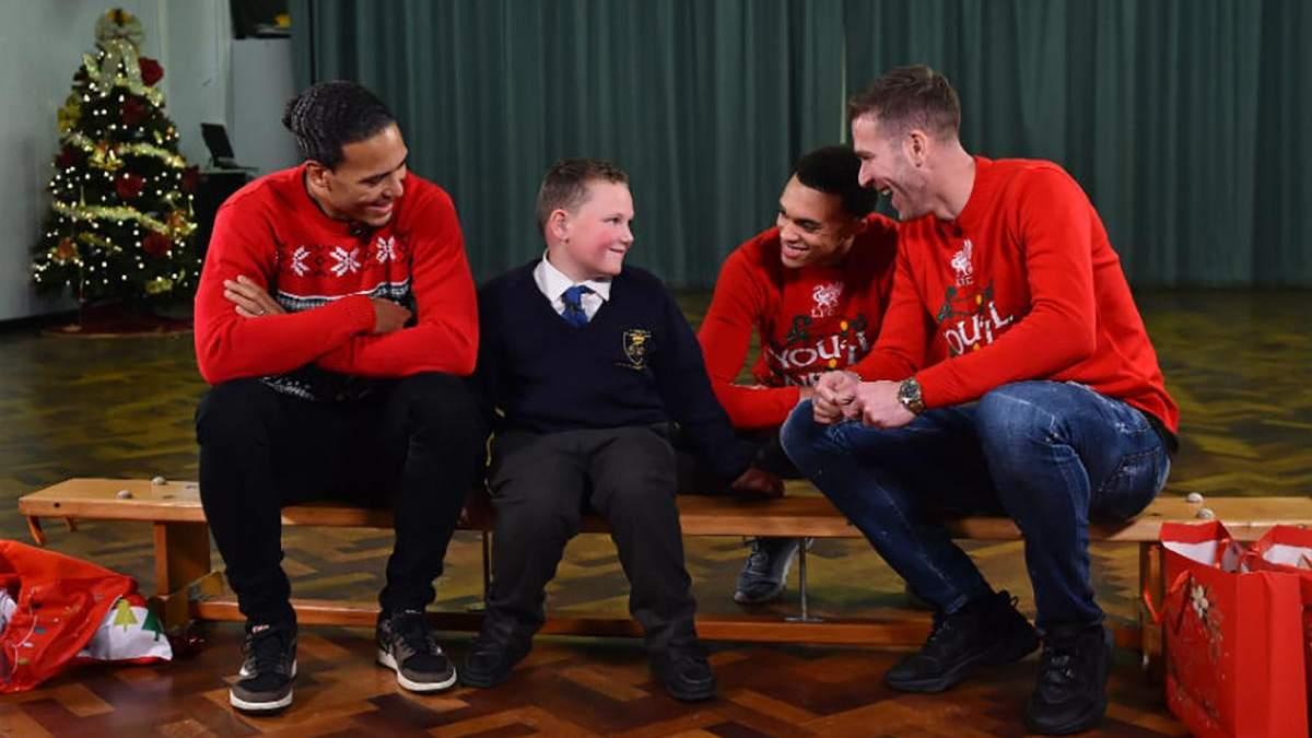 """Зірки """"Ліверпуля"""" влаштували незабутнє свято міським школярам на Різдво: відео"""
