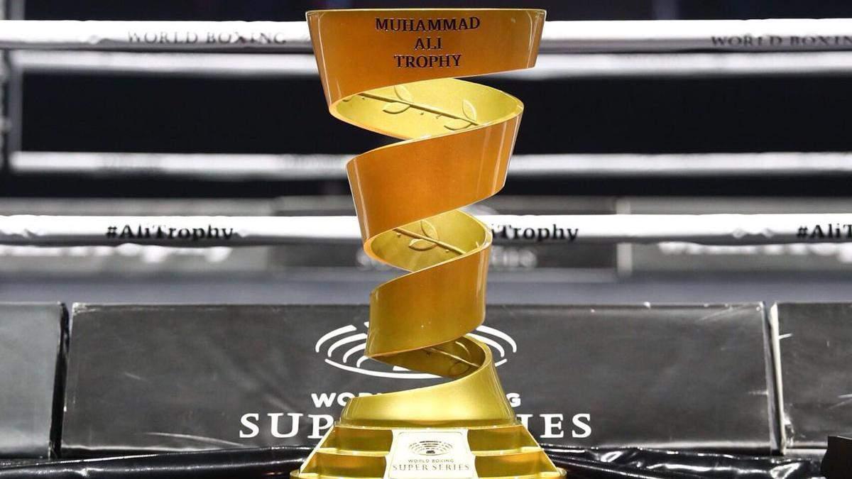 Победитель Всемирной боксерской Суперсерии выигрывает трофей Муххамеда Али