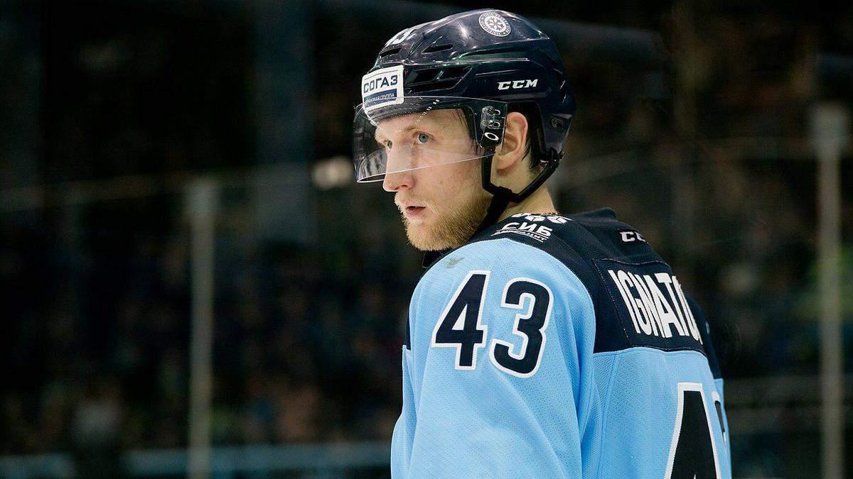 Російський хокеїст підступно збив арбітра – відео