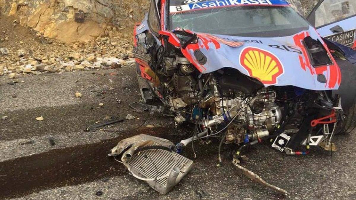 Чемпіон світу з автогонок потрапив у моторошну аварію, вилетівши з обриву в дерева: відео