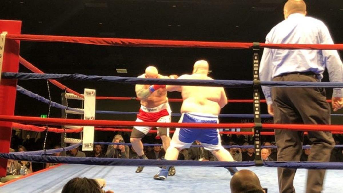 Самого толстого боксера планеты мощно нокаутировали во втором раунде: видео