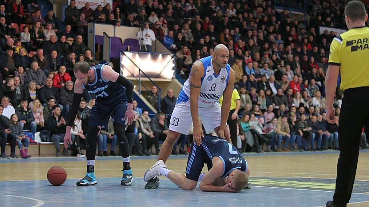 В Україні покарали баскетбольних арбітрів, які не помітили удар в обличчя під час матчу: відео