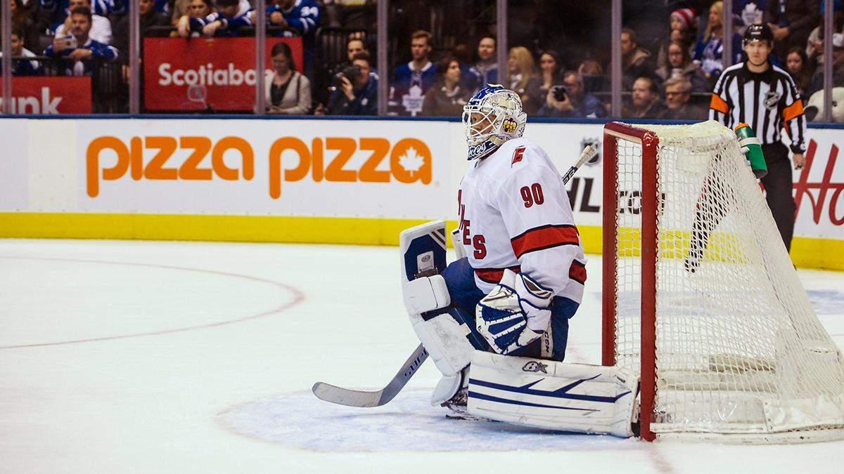 В матче НХЛ 42-летний водитель стал на ворота команды и отразил 7 бросков: видео