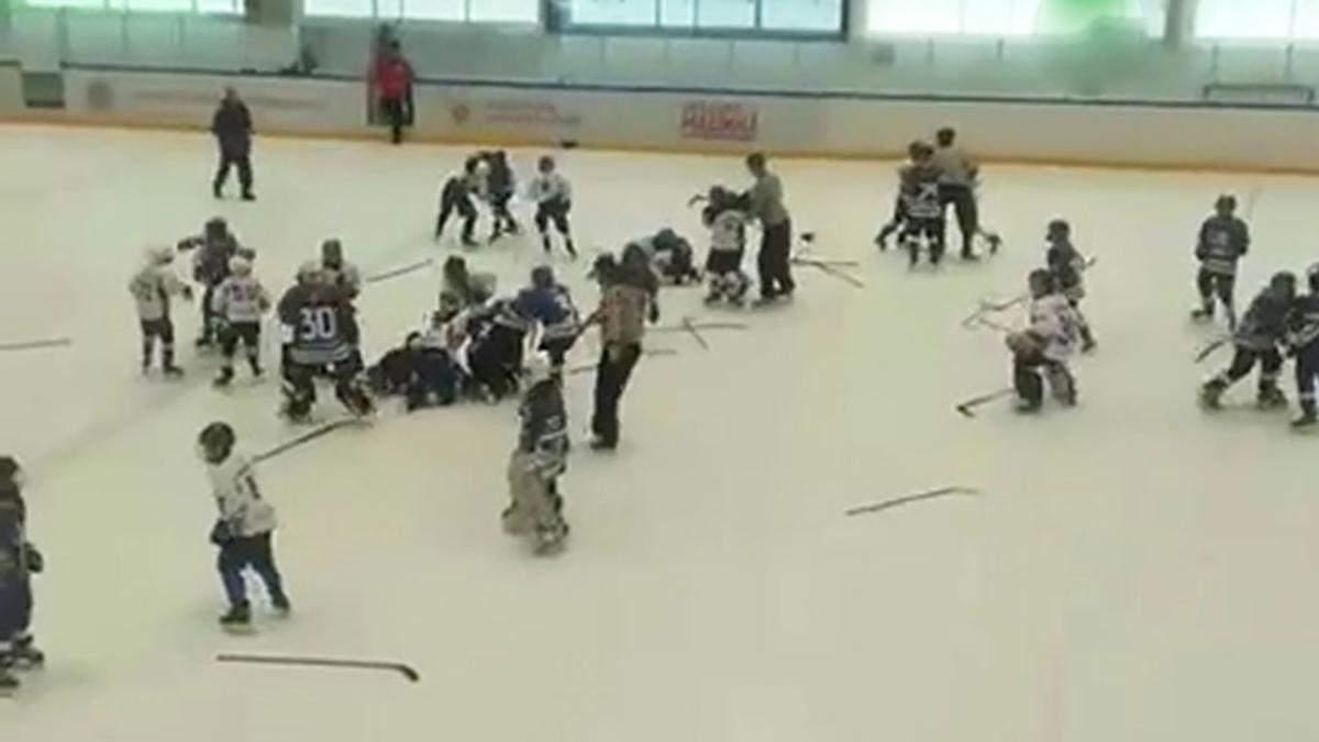В России 11-летние хоккеисты устроили массовую драку во время игры: видео