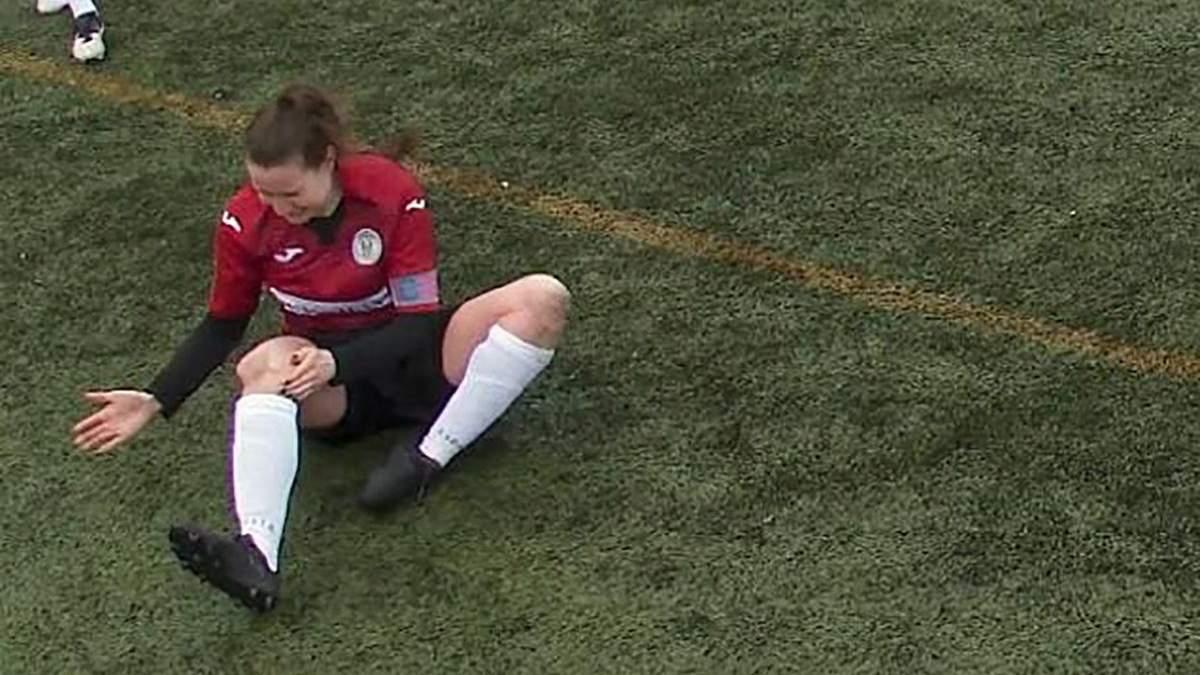 Пример мужества: футболистка вывихнула колено во время матча и продолжила игру – видео