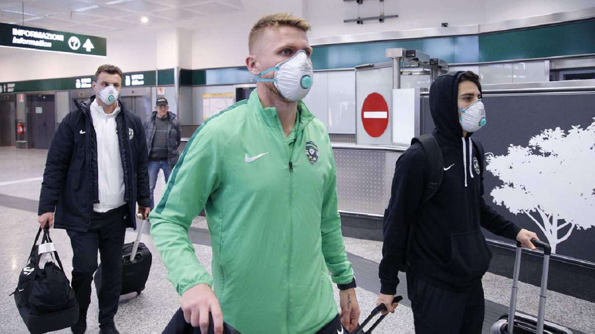 """Футболісти """"Лудогорця"""" прилетіли в Італію на матч з """"Інтером"""" у масках через коронавірус – фото"""