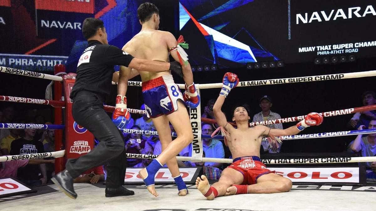 """Нокаут року: у тайському боксі господаря рингу """"вимкнули"""" одним ударом коліна у голову – відео"""