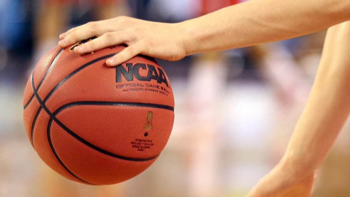 Баскетболіст закинув м'яч зі своєї пловини поля