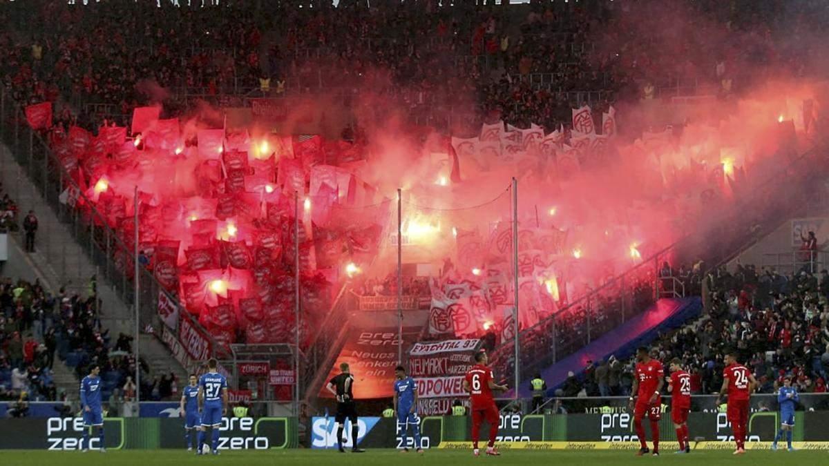 """Фанати """"Баварії"""" зірвали матч образливими банерами, мюнхенці ледь не втратили перемогу 6:0"""