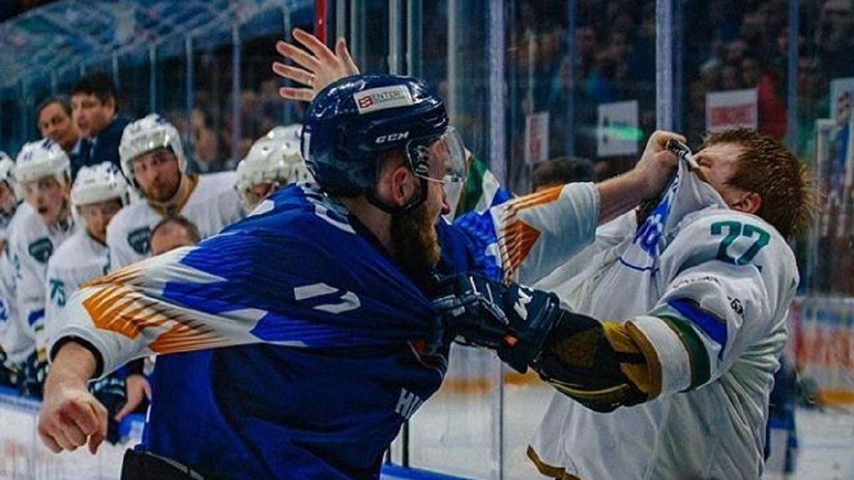 Український хокеїст Мережко до крові відлупцював росіянина під час матчу – відео