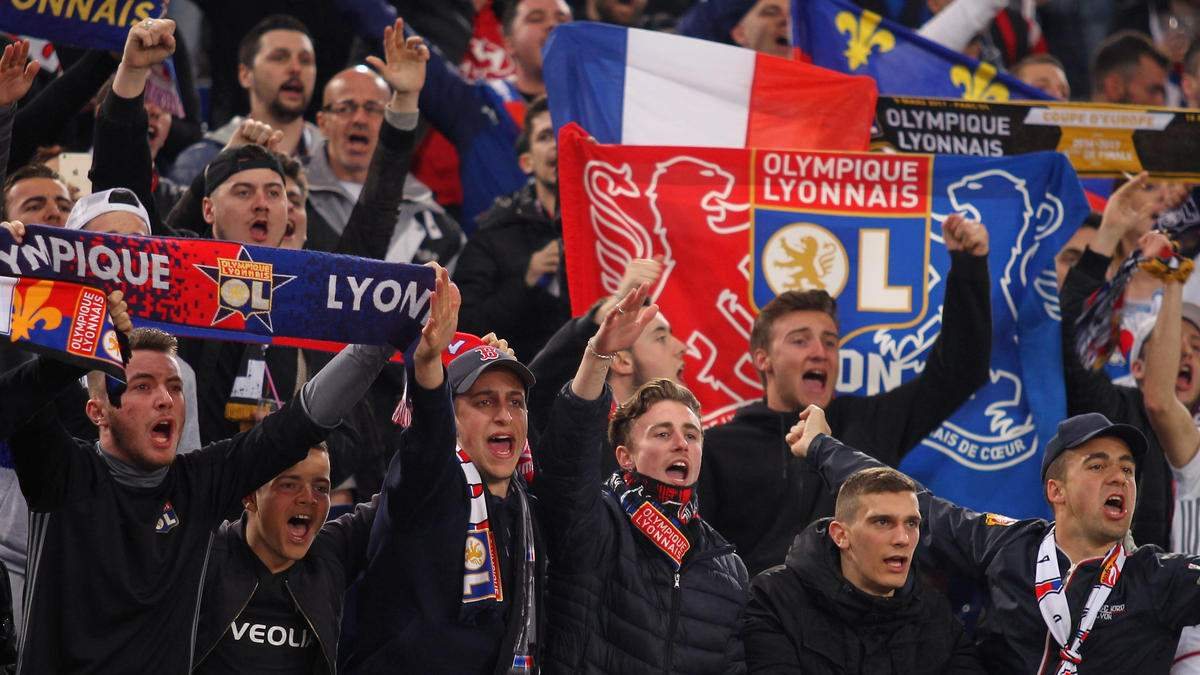 Футбольные фанаты устроили массовую драку перед матчем – видео