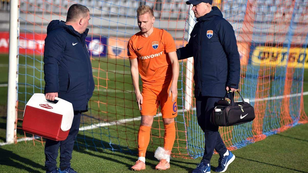 """Футболіст """"Маріуполя"""" Танковський отримав перелом, збивши самого себе в центрі поля: відео"""