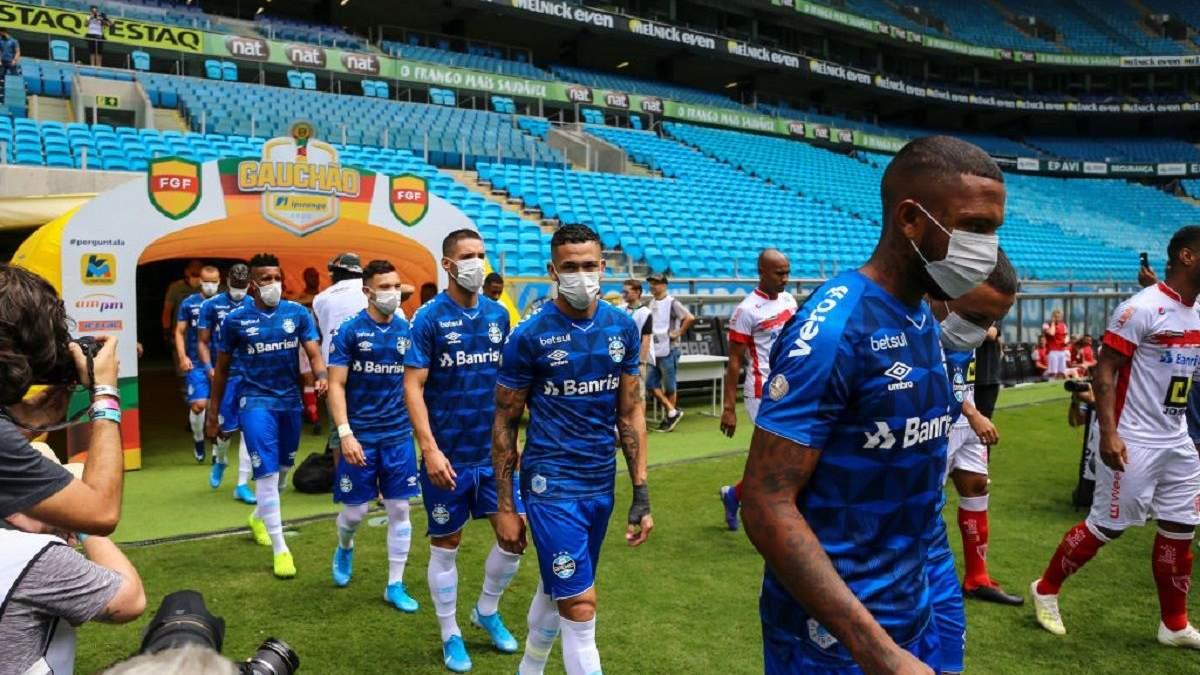 """Футболісти бразильського """"Греміо"""" вийшли на матч у масках на знак протесту"""