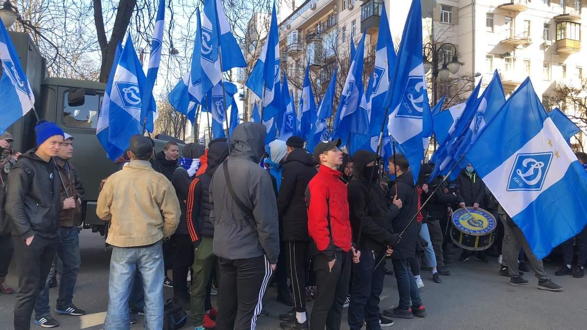 """Справа """"Приватбанку"""": під судом протест з прапорами """"Динамо"""" через гроші Суркісів (фото)"""